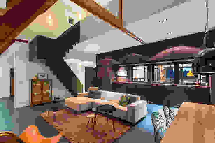 Wonen in een klaslokaal Moderne woonkamers van Studio RUIM Modern