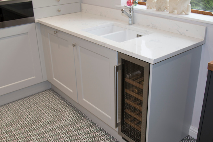 White Composite Sink, Carrara Work Surfaces, Integrated Wine Cooler, and Geometric Tiled Floor ADORNAS KITCHENS Cuisine classique Tuiles Multicolore