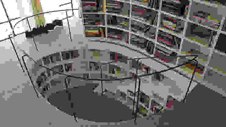 現代風玄關、走廊與階梯 根據 Juan Carlos Loyo Arquitectura 現代風