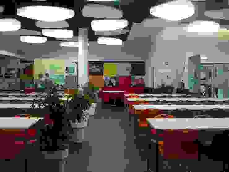 Espaço Grill da cantina da FEUP Escolas modernas por Área77 - arquitectura, engenharia e design, lda Moderno