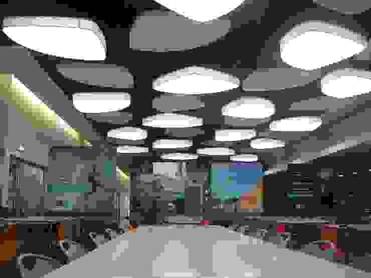 Elementos suspensos do tecto Escolas modernas por Área77 - arquitectura, engenharia e design, lda Moderno