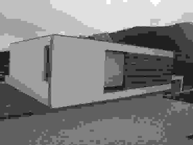 Pormenor da fachada Área77 - arquitectura, engenharia e design, lda Casas modernas