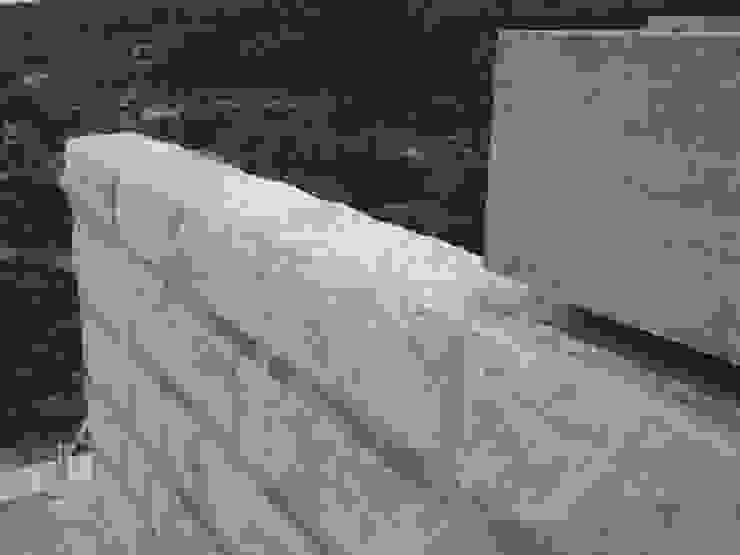 Pormenor da parede de granito Casas modernas por Área77 - arquitectura, engenharia e design, lda Moderno
