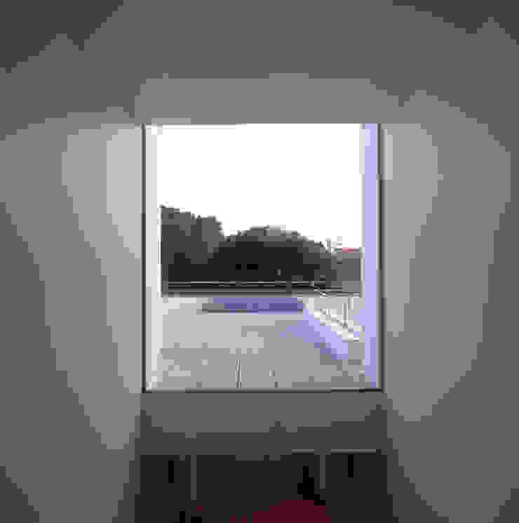 Minimalist corridor, hallway & stairs by Pedro Mendes Arquitectos Minimalist