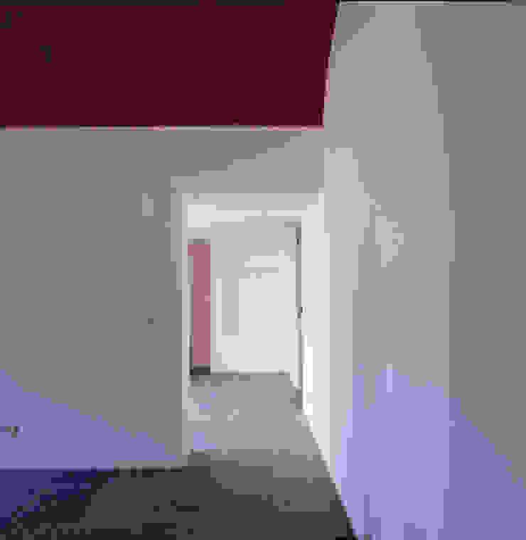 House in Pavia Corredores, halls e escadas mediterrânicos por Pedro Mendes Arquitectos Mediterrânico
