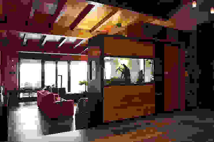 Hành lang, sảnh & cầu thang phong cách thực dân bởi Intra Arquitectos Thực dân