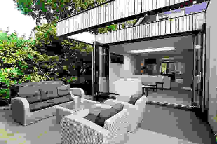 terras achterzijde aanbouw Moderne woonkamers van robin hurts architect Modern
