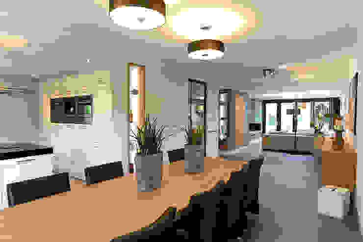 eetgedeelte aan open keuken Moderne eetkamers van robin hurts architect Modern