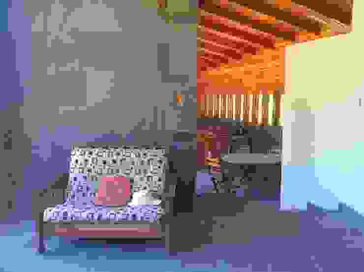 Cabaña Olmué_interior en obra_alejandra corral_arquitectura Paredes y pisos de estilo rural de Alejandra Corral - Arquitectura Rural Pizarra