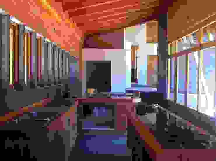 Cabaña Olmué_interior en obra detalle cocina_alejandra corral_arquitectura Paredes y pisos de estilo rural de Alejandra Corral - Arquitectura Rural Pizarra
