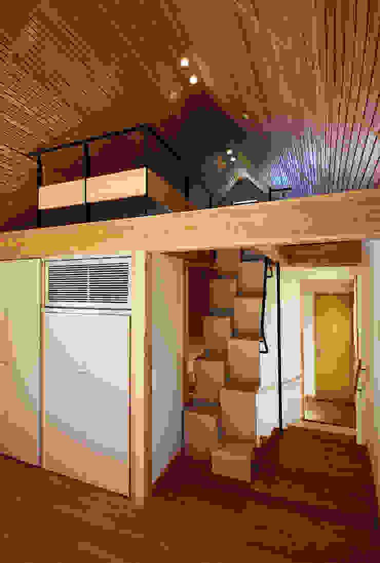 すわ製作所 Eclectic style corridor, hallway & stairs Wood