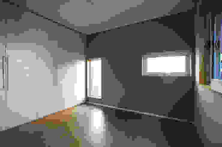 논현동 다가구주택: 비온후풍경 ㅣ J2H Architects의  침실