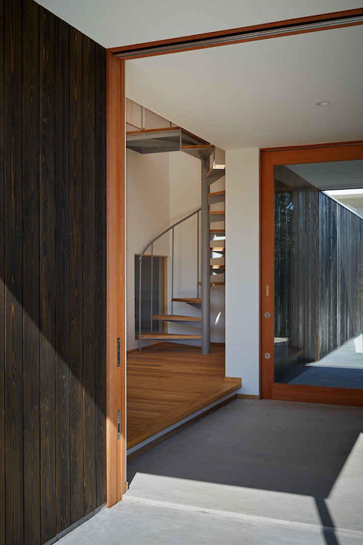 toki Architect design office Modern Corridor, Hallway and Staircase Wood White