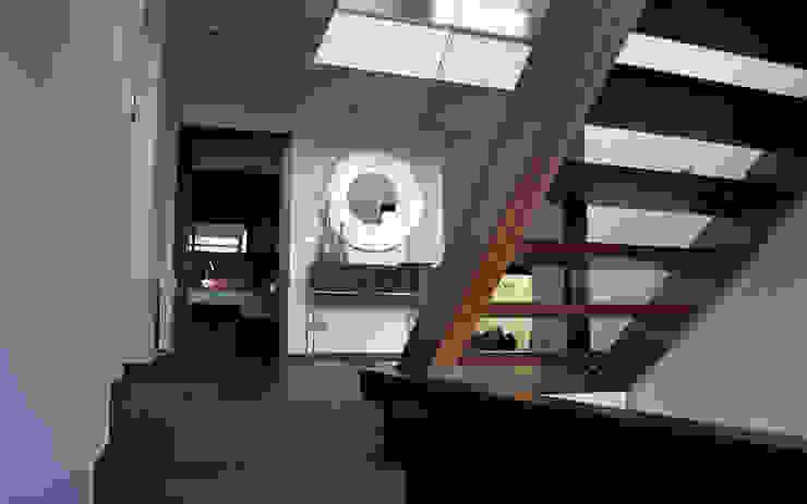 Nowoczesny korytarz, przedpokój i schody od Intra Arquitectos Nowoczesny