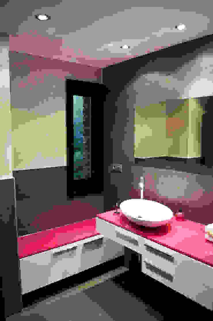 Nowoczesna łazienka od Intra Arquitectos Nowoczesny