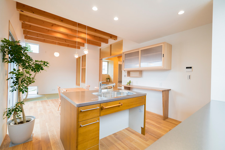 Modern style kitchen by m+h建築設計スタジオ Modern Wood Wood effect