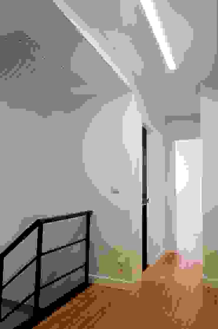 Pasillos, vestíbulos y escaleras minimalistas de Intra Arquitectos Minimalista