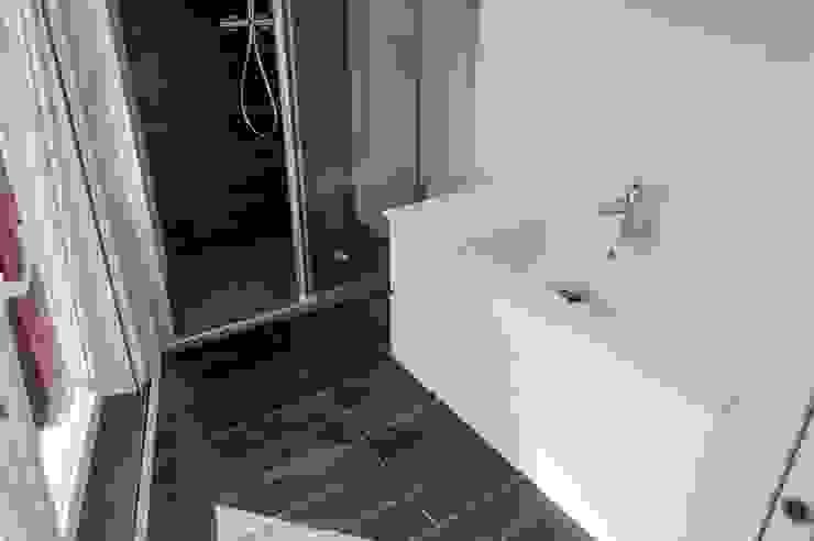 Baños minimalistas de Intra Arquitectos Minimalista
