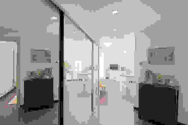 Modern Corridor, Hallway and Staircase by Lella Badano Homestager Modern Glass