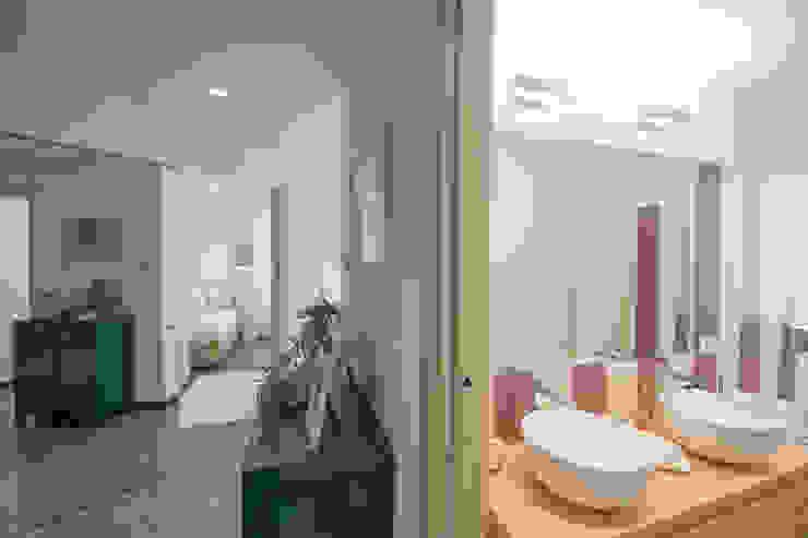Lella Badano Homestager Pasillos, vestíbulos y escaleras de estilo moderno Morado/Violeta