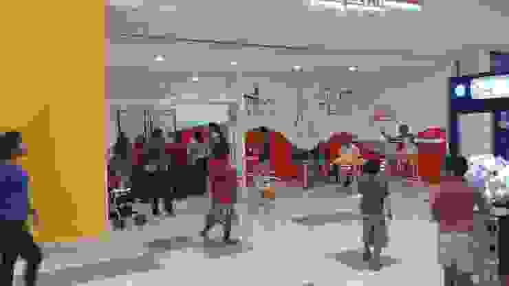 """Local comercial """"CREPERIA"""" en funcionamiento Centros comerciales de estilo minimalista de M4X Minimalista Tablero DM"""