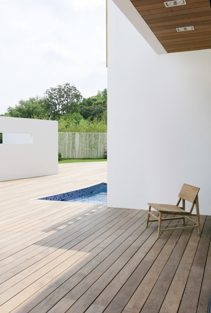Deck and Pool Minimalist style garden by Sensearchitects Limited Minimalist Wood Wood effect