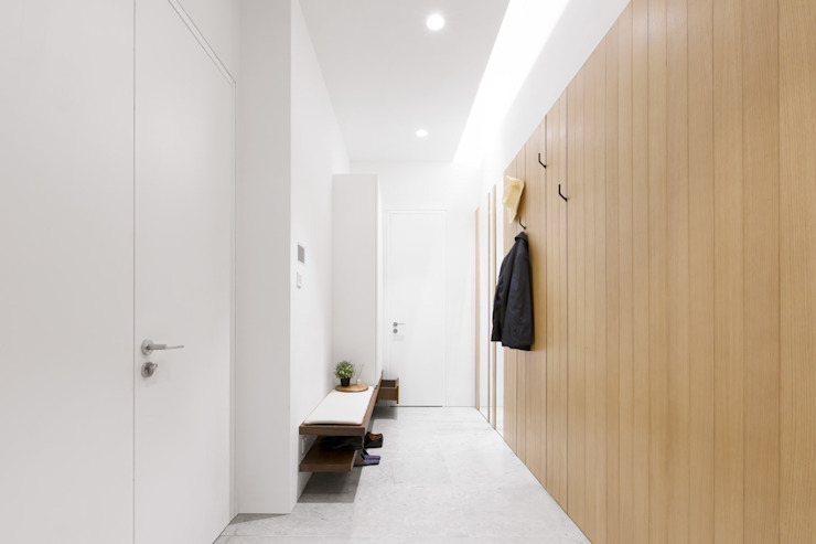 The Spacious Reception:  Corridor & hallway by Sensearchitects Limited, Modern Wood Wood effect