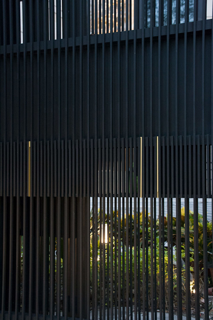 Entrance Fence Gate Sensearchitects_Limited Modern houses Metal Black