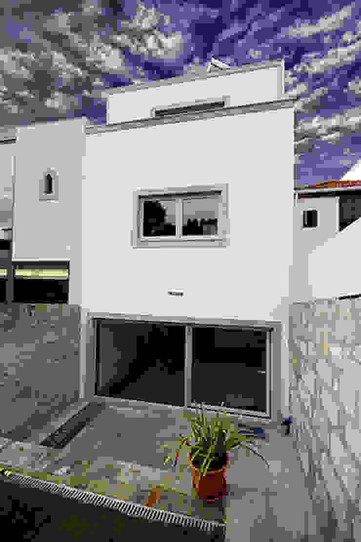 Casa J+L (em colaboração com o Gabinete <q>Esquissos 3G</q>) Casas modernas por Ricardo Baptista, Arquitecto Moderno