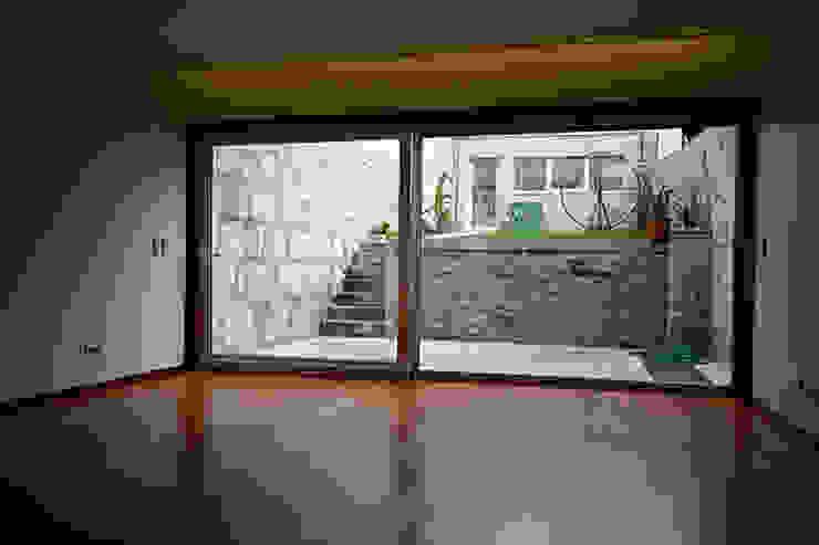Casa J+L (em colaboração com o Gabinete <q>Esquissos 3G</q>) Salas de estar modernas por Ricardo Baptista, Arquitecto Moderno