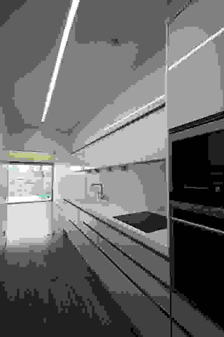 Casa J+L (em colaboração com o Gabinete <q>Esquissos 3G</q>) Cozinhas modernas por Ricardo Baptista, Arquitecto Moderno