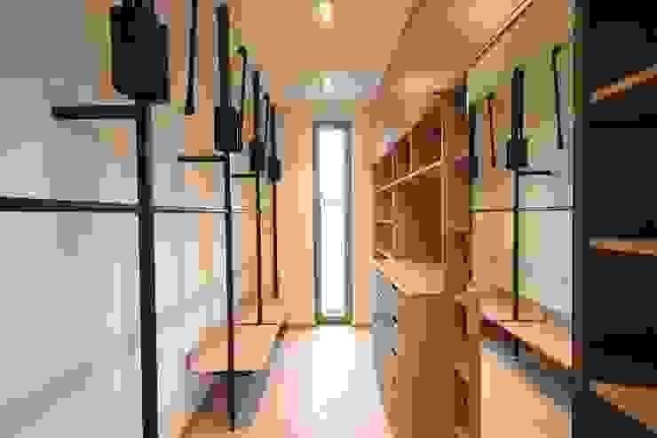 Ankleide mit Kleiderlift Moderne Ankleidezimmer von Boldt Innenausbau GmbH - Tischlerei & Raumkonzepte Modern Holzwerkstoff Transparent