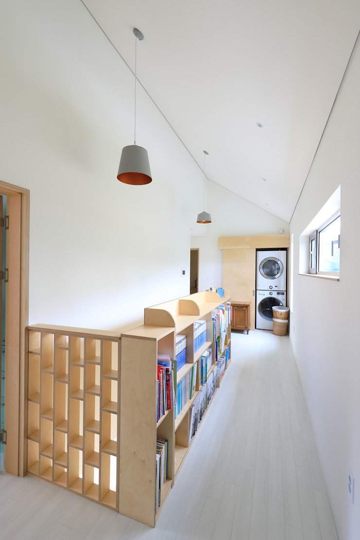 Pasillos, vestíbulos y escaleras modernos de 주택설계전문 디자인그룹 홈스타일토토 Moderno Madera Acabado en madera