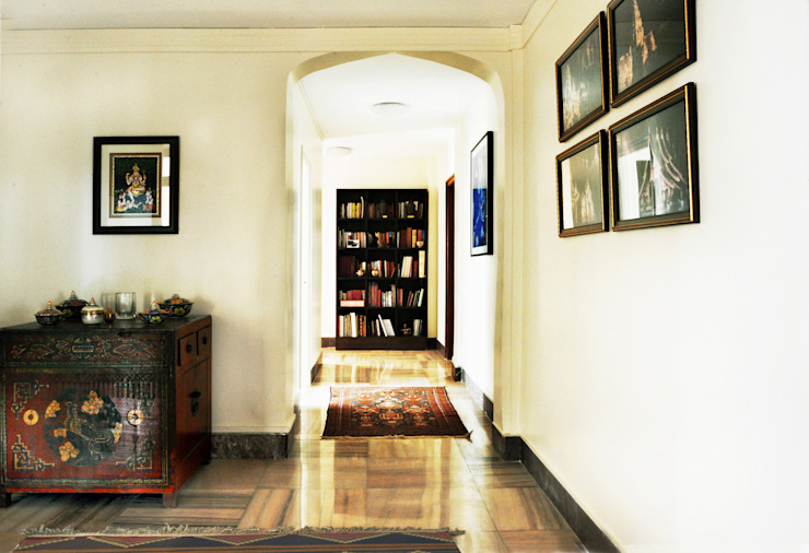 Colonial style corridor, hallway& stairs by Dhruva Samal & Associates Colonial