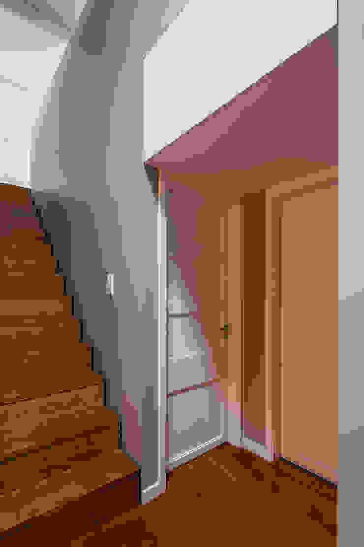 Escadas acesso ao sotão Corredores, halls e escadas modernos por Franca Arquitectura Moderno