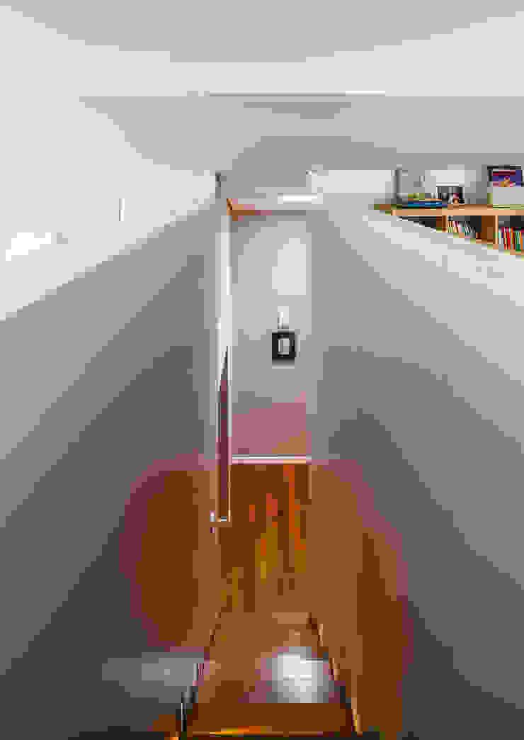 Escadas do Sotão para piso 1 Corredores, halls e escadas modernos por Franca Arquitectura Moderno
