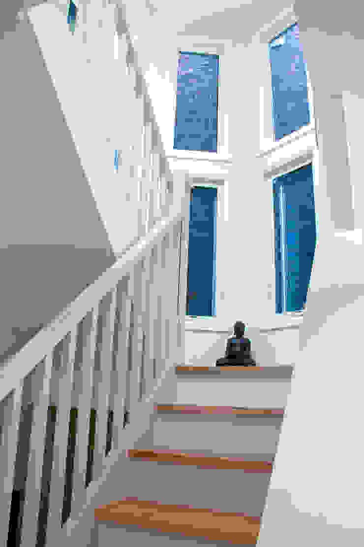 Pasillos, vestíbulos y escaleras de estilo moderno de Solares Architecture Moderno