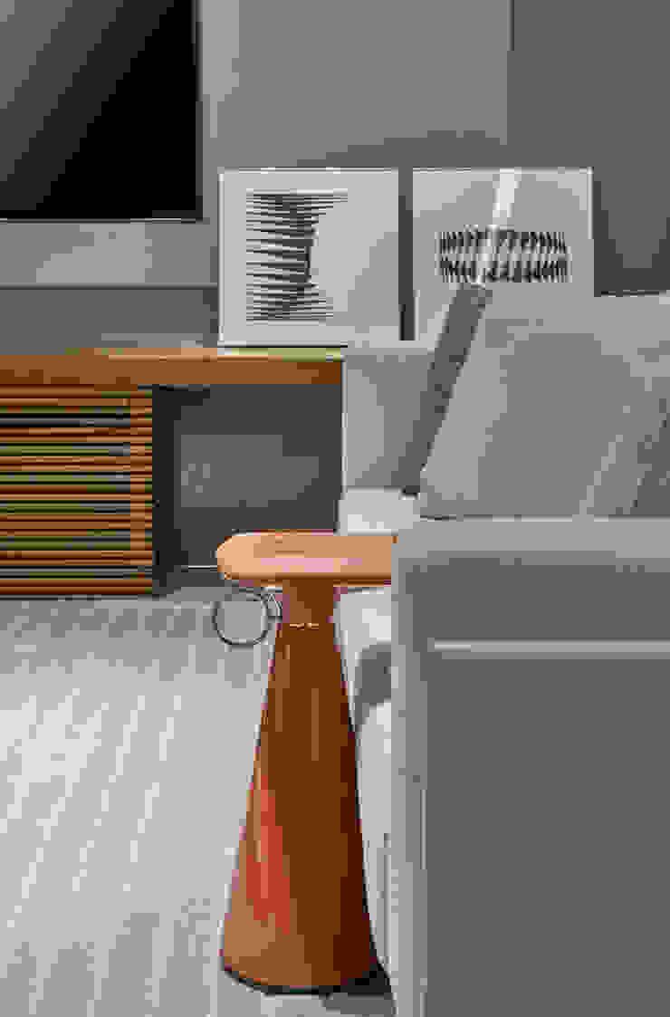 Detalhes Home Cinema-mesa Wed do designer Jader Almeida por Alessandra Contigli Arquitetura e Interiores Moderno