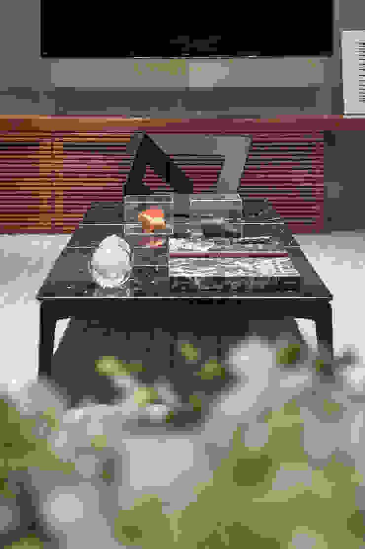 Detalhes Home Cinema-mesa Bank do designer Jader Almeida por Alessandra Contigli Arquitetura e Interiores Moderno