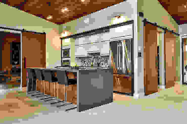 Winnipeg beach weekend home Modern kitchen by Unit 7 Architecture Modern