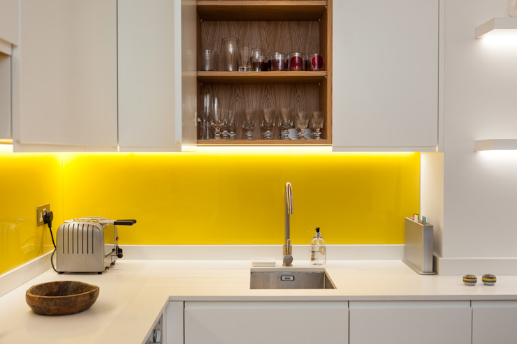 White contemporary kitchen with yellow glass splashbacks and herringbone wood floor Timothy James Interiors Minimalistyczna kuchnia Szkło Żółty