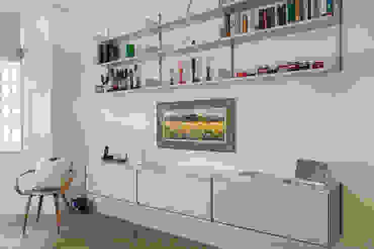 Vitsoe shelving unit in London apartment Modern living room by Timothy James Interiors Modern Metal
