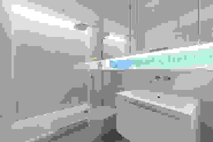 Contemporary shower room Minimalist bathroom by Timothy James Interiors Minimalist Limestone