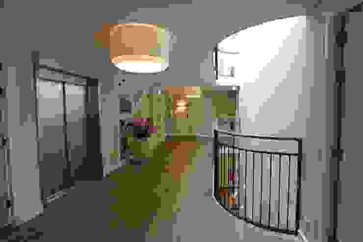 Een doorgaande lichtschacht Klassieke gezondheidscentra van OX architecten Klassiek