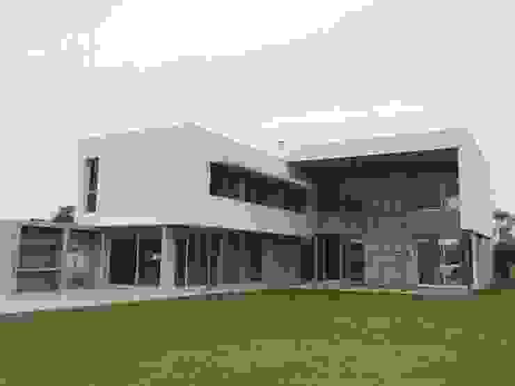 Дома в стиле модерн от costa & valenzuela Модерн