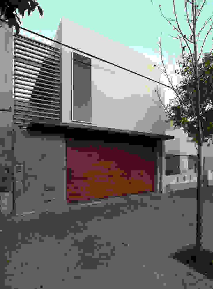 F 2400 Casas de estilo minimalista de costa & valenzuela Minimalista