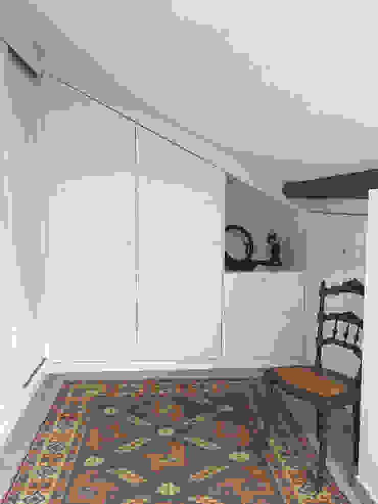 Casa em Benavente Closets rústicos por QFProjectbuilding, Unipessoal Lda Rústico