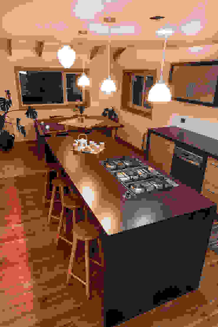 Cocina abierta con Isla de Almazan Arquitectura y Construcción Moderno Derivados de madera Transparente