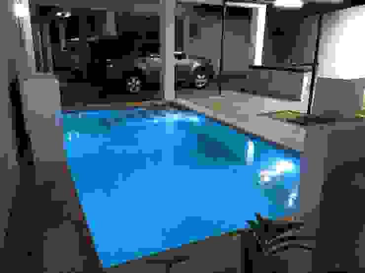 Minimalistyczny basen od Constructora Asvial - Desarrollador Inmobiliario Minimalistyczny Ceramiczny
