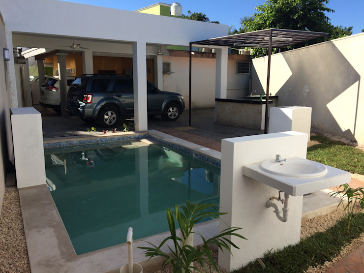 Minimalistyczny basen od Constructora Asvial - Desarrollador Inmobiliario Minimalistyczny Sklejka